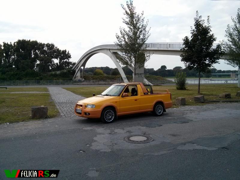 Der Škoda Felicia FUN an der Mühlheimer Fußgängerbrücke